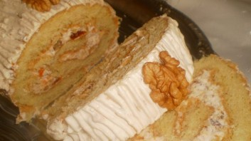 Сметаново руло със сладко и орехи