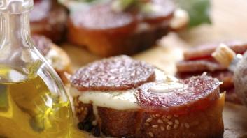 Сандвич със салам пеперони, моцарела и пармезан