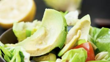 Салата с авокадо, краставица и лук