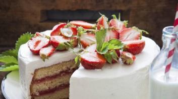 Торта с ягоди, кексово тесто и сметана
