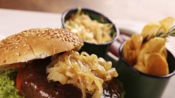 Бургер с телешка кайма, лук и сос барбекю
