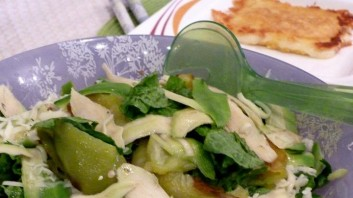 Зелена салата с печени чушки, авокадо и кашкавал