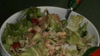 Зелена салата с бял боб и риба тон