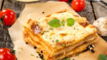 Лазаня с доматен сос и сирена