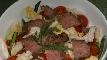 Салата айсберг с телешко месо, чери домати и пресен лук