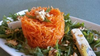Салата с моркови и синьо сирене