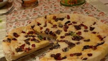 Италианска фокача с маслини и сушени домати