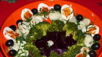 Зимна салата с броколи, цвекло и карфиол
