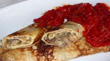 Солени палачинки със синьо сирене, гъби и чушки