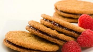 Домашни бисквити с малинов пълнеж