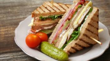 Клуб сандвичи с пуешко филе и бекон