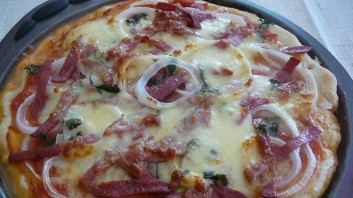 Пица с лук, шпек салам и кашкавал