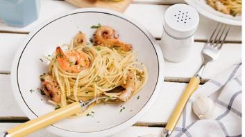 Спагети със скариди и бейби октопод