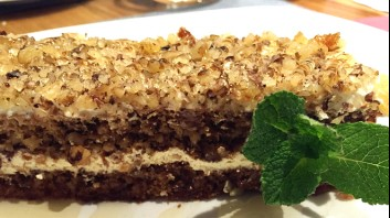 Медена торта с орехи и маскарпоне