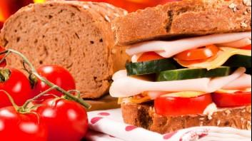 Пълнозърнест сандвич с шунка и кашкавал