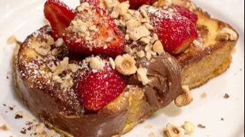 Пържени филийки с ягоди и течен шоколад