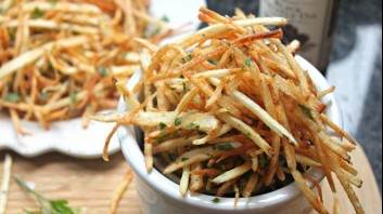 Пържени картофени пръчици с магданоз и босилек